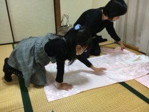 名古屋市緑区・名東区藤が丘の着付け教室【ふぇりちた】の子どもと一緒の着付けレッスン風景